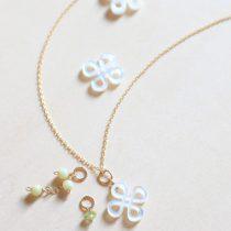 フラワー型白蝶貝+天然石の3チャームネックレス