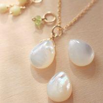 白蝶貝ドロップ+天然石の3チャームネックレス